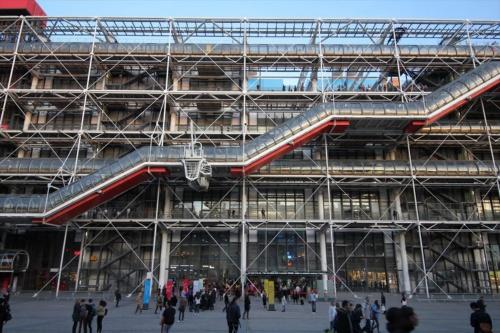 ポンピドー・センターの広場側(西側)外観(写真:日経アーキテクチュア)