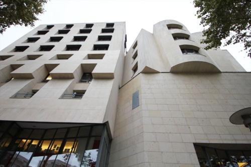 北西側の壁面見上げ。1994年の完成時は「アメリカン・センター」という名前だった(写真:日経アーキテクチュア)