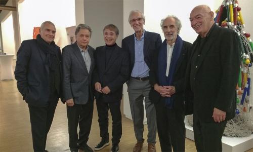 ポンピドー・センターで2018年12月31日まで開催中の安藤忠雄展の内覧会でのひとコマ。フランスで活躍する著名建築家たちが安藤氏を祝福した。右から2番目がポール・アンドリュー氏。18年10月8日の夜に撮影(写真:安藤忠雄建築研究所)