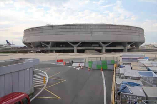 シャルル・ド・ゴール空港ターミナル1。外観は円形の要塞のようだが…(写真:日経アーキテクチュア)