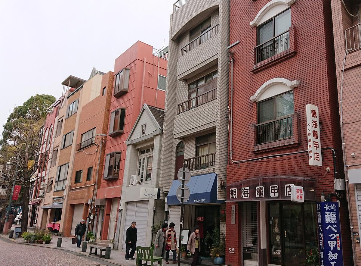 都市部には4階建てくらいの中層建築が多い。こうした建築を大断面集成材による木造でつくることを考えたい(写真:腰原 幹雄)