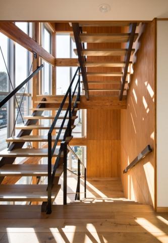 階段室。厚さ36mmのCLT(直交集成板)を耐力壁として利用した。壁倍率は2.3(写真:浅田 美浩)