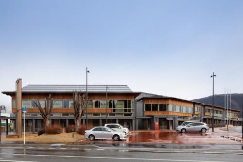白鷹町まちづくり複合施設。左手が図書館・公民館ゾーン。右手奥にかけて役場が延びる。周囲にはぐるりと回廊を巡らせ、外装材にも地元産材のスギを用いる(写真:吉田 誠)