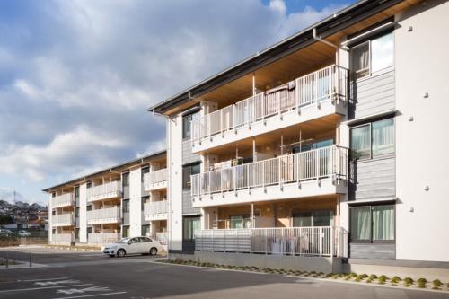 福島県いわき市に建つCLTパネル工法、2棟・3階建て、57戸の復興公営住宅。A棟の南側外観(写真:浅田 美浩)