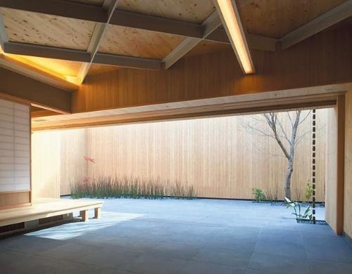 山代氏が設計し2019年に竣工した「早瀬庵 お茶室」(広島・廿日市)。壁はラジアタパイン150mmLVL、屋根には国産ヒノキ・杉複合90mmCLTを使用。現代的な木造建築の内部に茶室を設えた。この建築はビルの構造形式の原型でもあり、多層化すると中層規模のビルになる(写真:新 良太)