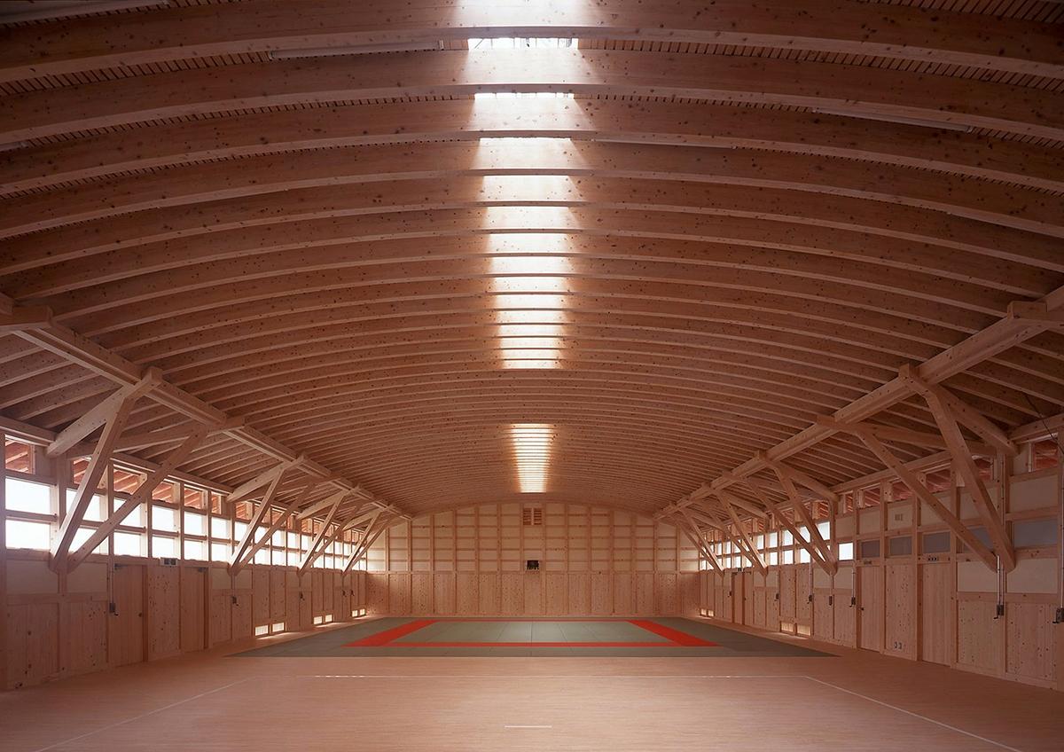 高知県立中芸高校格技場。ヒノキの90mm角材を3層重ねた梁で、芯芯で15mのスパンを実現した(田野町、1995年、山本長水建築設計事務所)(写真:西森 秀一)
