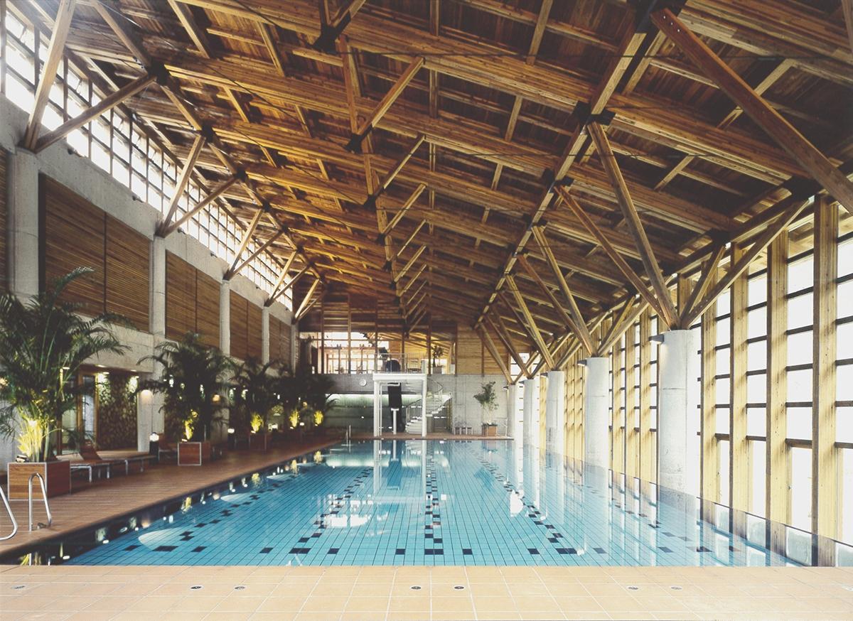 雲の上のプール(檮原町、1998年、細木建築研究所)。地下1階・地上2階、木造+RC造、梼原産材のスギを使用した(写真:細木建築研究所)