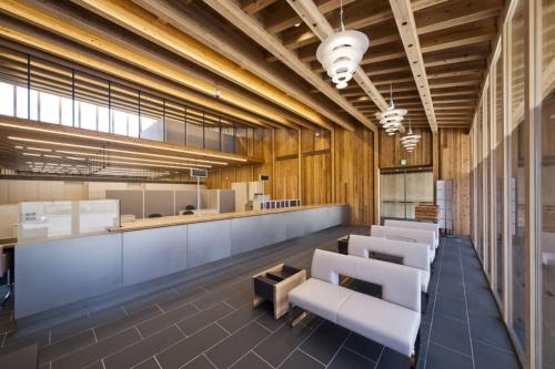 宿毛商銀信用組合(宿毛市、2017年、艸建築工房)。木造軸組み+CLT(写真:艸建築工房)