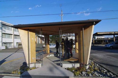 CLT長浜バス停待合所(高知市、2017年、建築設計群 無垢)(写真:日経BP総研 社会インフララボ)