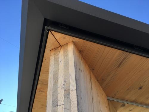 長浜バス停待合所の天井のCLTの納まり。突き付けではなく軒のCLTを少しかき取り、落とし込んでいる(写真:建築設計群 無垢)