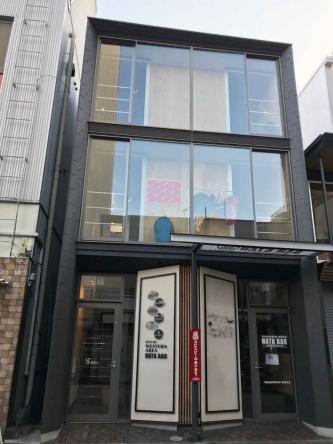 ST柳町I(高知市、2017年、建築設計群 無垢)。東氏が設計した木造軸組み+CLTによる商業・業務テナントビル(写真:日経BP総研 社会インフララボ)