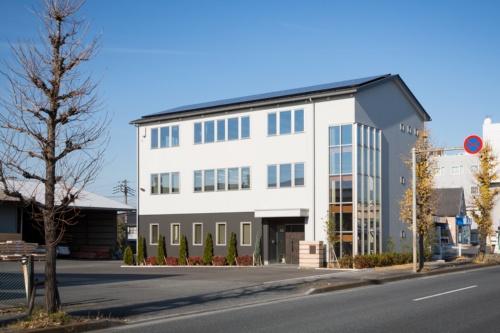 マルオカ埼玉営業所。住宅資材の総合商社であるマルオカ(長野市)の営業所として、さいたま市内に2019年5月に建設した木造3階建ての事務所ビル(写真:浅田 美浩)