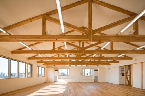 マルオカ埼玉営業所の3階会議室。長野県産のカラマツを用いた山形トラスを採用した。スパンは9100mm(写真:浅田 美浩)