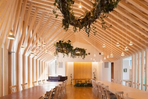 Casa di En。メイン客席空間の正面方向を見る。柱・登り梁と方杖の組み合わせが300mmピッチで10.8mにわたって配列されている。意匠設計は團紀彦建築設計事務所、構造設計はホルツストラが担当した(写真:浅田 美治)