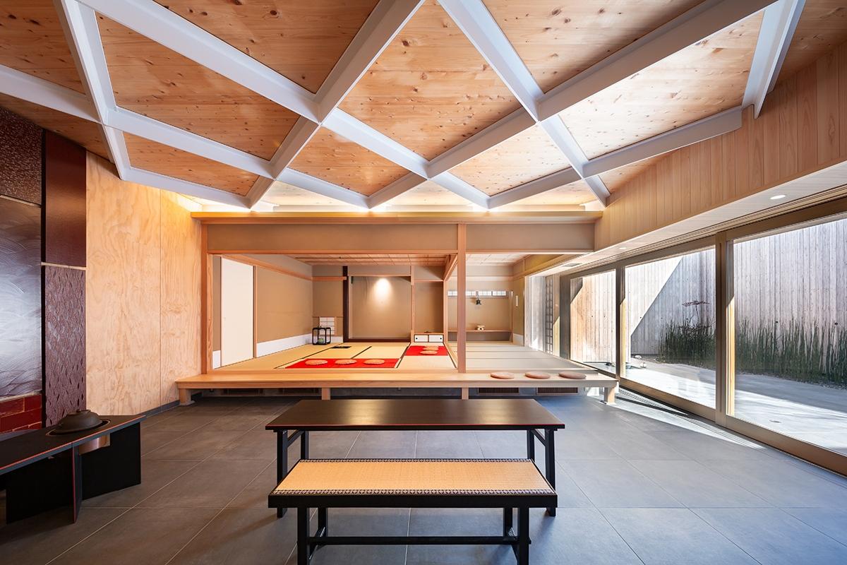 やまだ屋おおのファクトリー早瀬庵の壁面は幅1.2mのLVL、天井には幅2.0mのCLTを用い、天井は鉄骨の梁で支える。この構造体のスケルトン内部に、数寄屋の茶室のインフィルを入れた(写真:浅田 美浩)