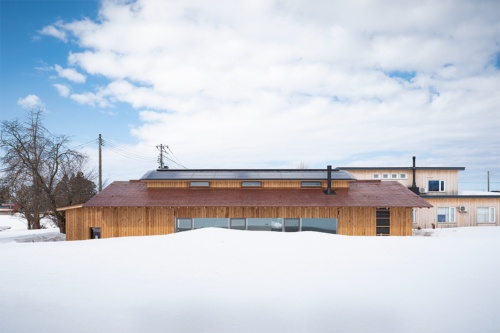 南面外観。外壁はスギ板大和張り、屋根は銅板一文字葺(ふ)き。越屋根は排熱の役割を担う(写真:浅田 美浩)
