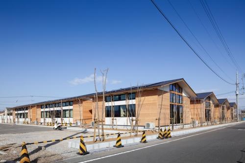 土浦北インター自動車学校の南西側外観。外壁の主要部分にカラマツ材を用いた(写真:吉田 誠)