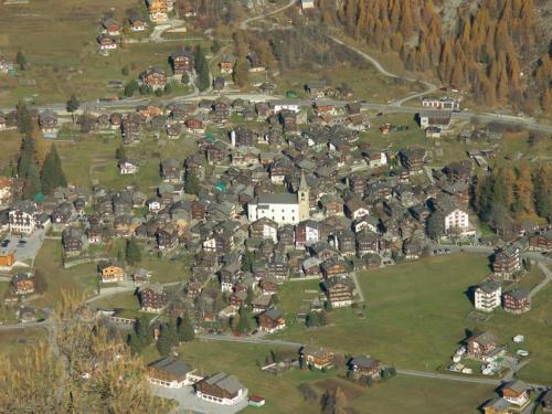 スイス・エヴォレーヌ村。中⼭間地域でも多層階の木造建築が多く建てられている(写真:Ueli Raz)