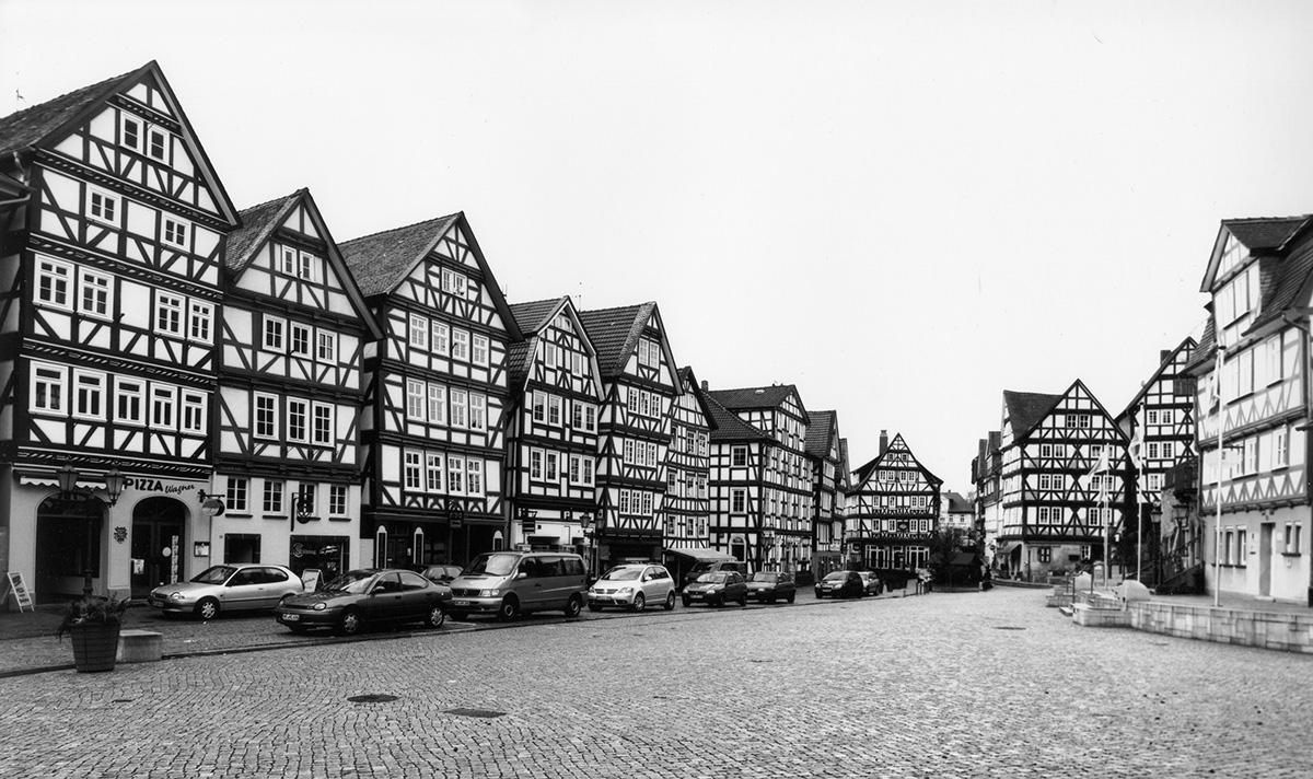 ホンブルクの街並み。⽊造5階建て、1階は⽯造の集合住宅が隙間なく連なる(写真:Klaus Zwerger)