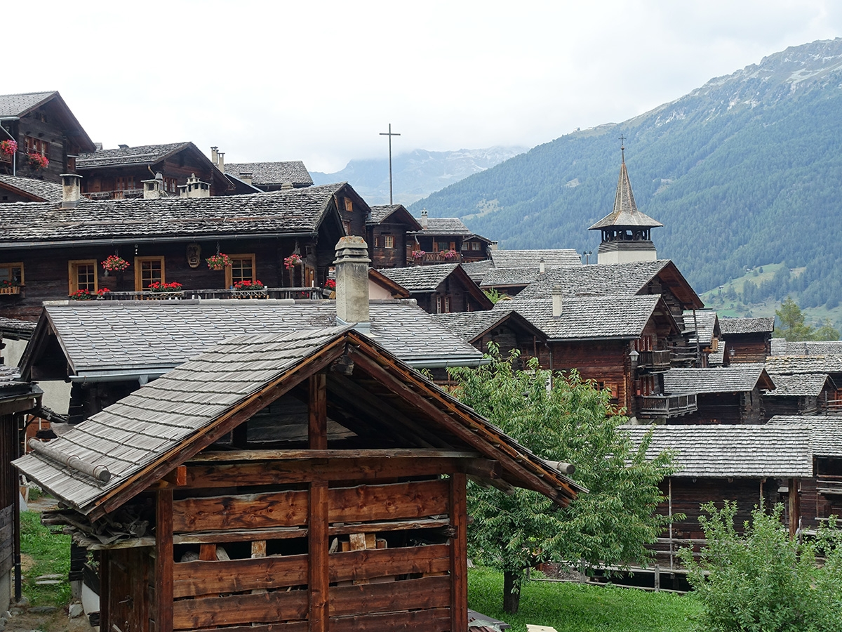 スイス・ヴァレー州の山あいの集落(写真:網野 禎昭)