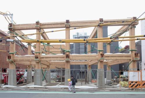 2018年5月の状況。RC造の基壇の上に、スギ材による重ね梁、束ね柱の木造の架構を立ち上げた(写真:Yasuyuki Takagi)