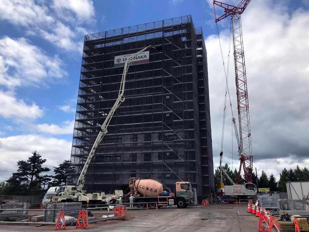 2018年9月11日の現場の様子。着工から約半年、CLT床や燃エンウッド柱などを含む躯体工事がほぼ終わっている(写真:村島 正彦)