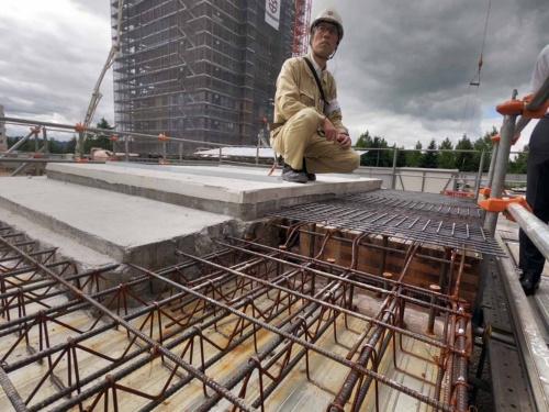 CLT床の納まりや施工方法を検証するために、現場内にモックアップをつくった。CLTの上面に振動対策と剛性補完のために厚さ80mmのコンクリートを現場打ちし、さらにその上をSLプラスターで被覆する。鉄骨梁の上ではCLT端部に設けたスリット内の鉄筋と現場打ちコンクリートで一体化する(写真:村島 正彦)