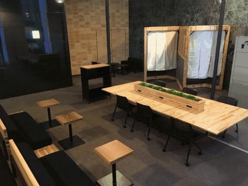 ウッドソリューション・ネットワークのオフィス家具メーカー3社による試作家具展示の様子(写真:ウッドソリューション・ネットワーク)