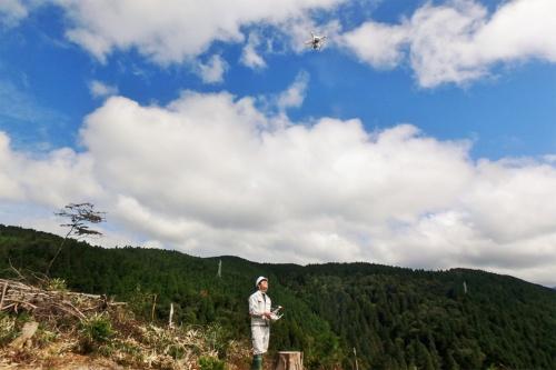 新しいテクノロジーを導入し、森林を管理する。ドローンが取得した山林の3次元データなどと既存のデータと組み合わせて図面を作成したり、GPSを利用した自律飛行による情報収集などを行ったりできる(写真:本藤 幹雄)