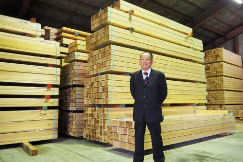 愛媛県久万高原町で地域林政アドバイザーを務める本藤幹雄氏。西日本有数の林業地帯である久万高原町は、スギを中心とする人工林率が80%に達しており、戦後の積極的な造林事業の展開によって資源的に成熟期を迎えている(写真:ホルグ)