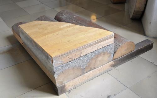 丸太を敷き詰めた床の断面イメージ(写真:網野 禎昭)