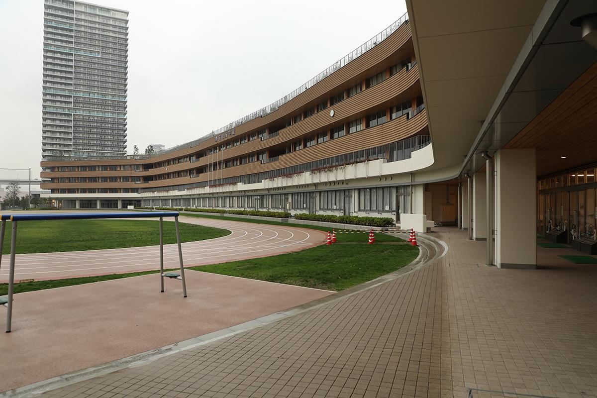 江東区立有明西学園の外観。東側の前期課程昇降口付近から建物を望む(写真:都築 雅人)