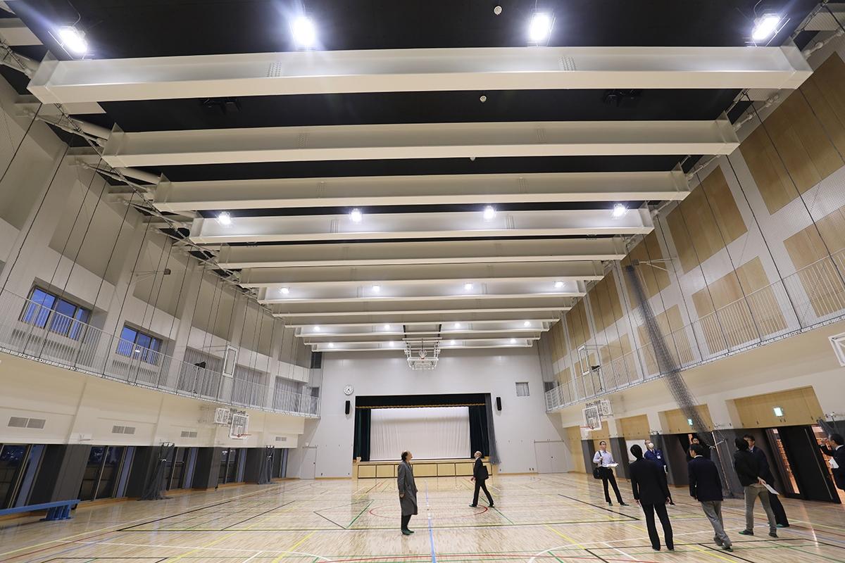 東端に位置する前期課程のRC造体育館。構造的に、横に長い校舎を両端から押さえ込むような役割を担う。上部(4階)にあるプールを大きな鉄骨梁で受け止めて支えた。床、壁などは木質化した(写真:都築 雅人)