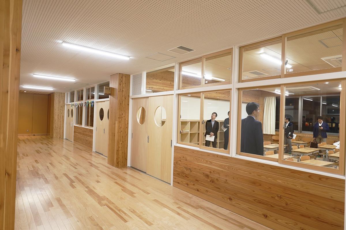 「木の回廊」に面して南側には普通教室を配置した。共用部と隔てる腰壁などは木製だが、建具の枠は強度やメンテナンスを考慮し、鋼製とした(写真:都築 雅人)