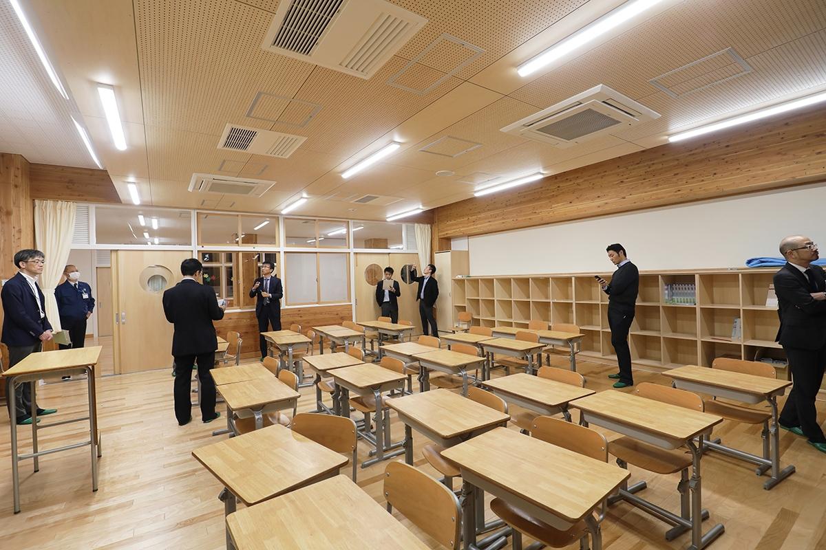普通教室は、燃エンウッドの木の架構で構成。床・壁・天井は木質化を図った(写真:都築 雅人)