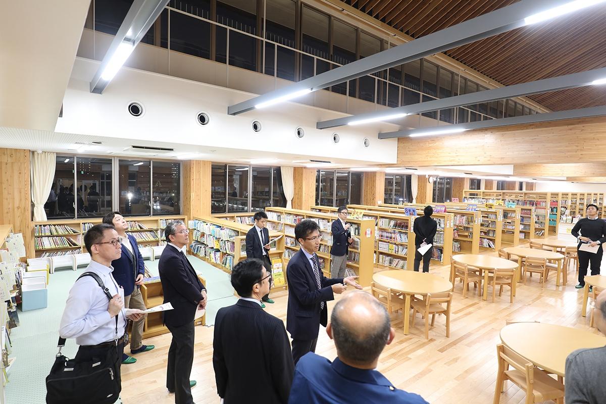 4階南側の図書室。南側を5階までの吹き抜けとし、明るく開放感のある空間とした(写真:都築 雅人)