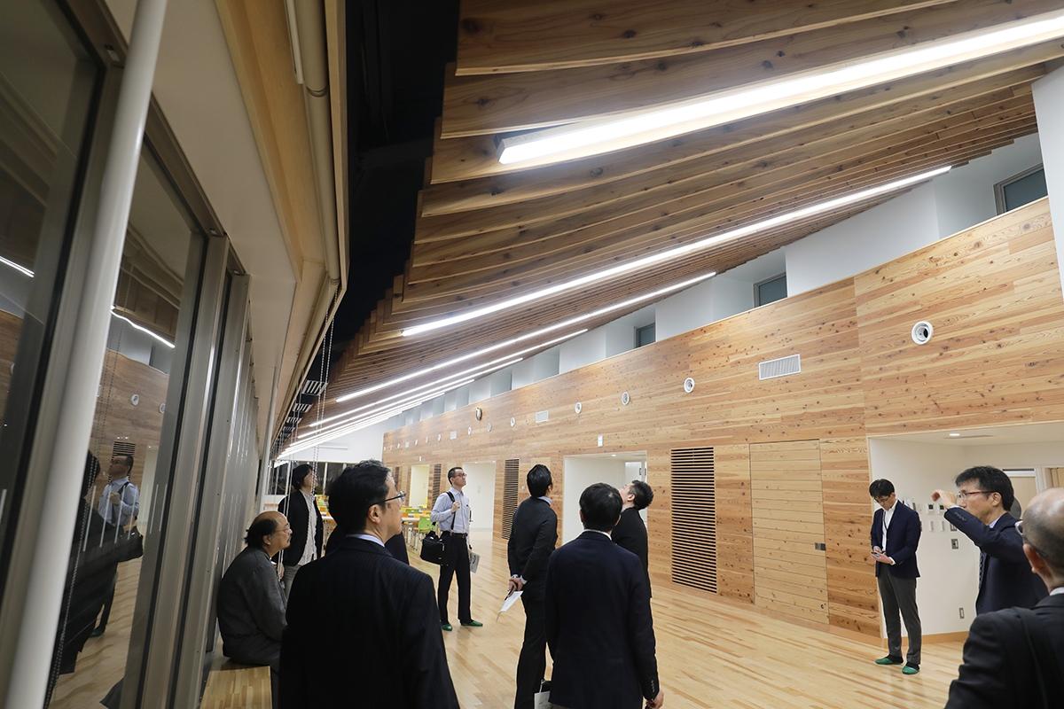 5階のランチルーム。屋根は建物中央部から鉄骨の片持ち梁となっている。天井はスギCLTルーバー(写真:都築 雅人)
