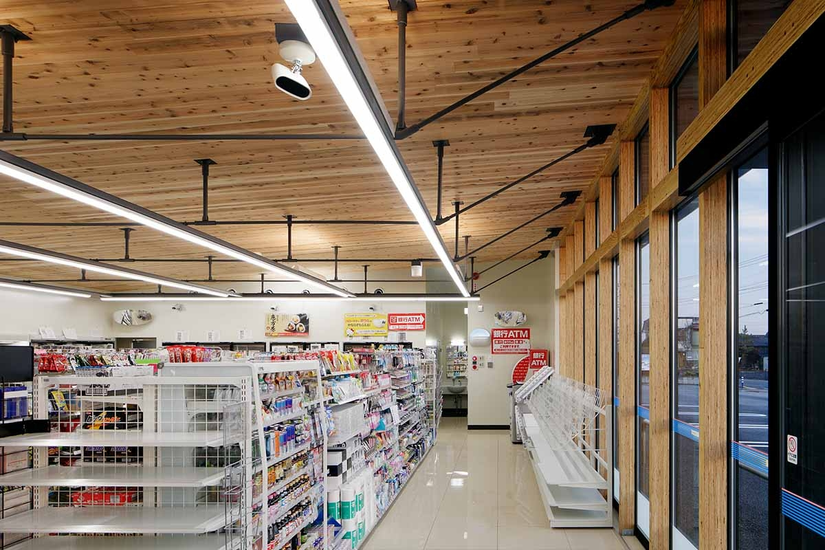 館林木戸町店は「環境配慮モデル店舗」として、自然換気や地中熱利用換気を組み込み、厚さ210mmの国産スギCLTを屋根面に採用した(資料:ローソン)