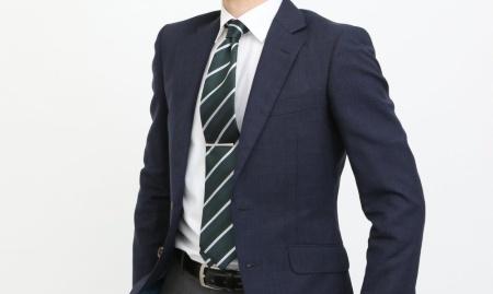 紺色のスーツ