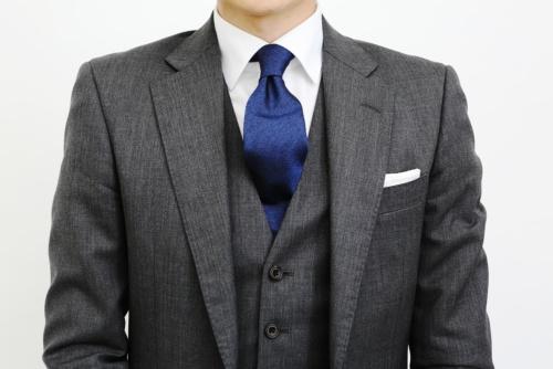 青いネクタイは誠実で真面目な印象を与える