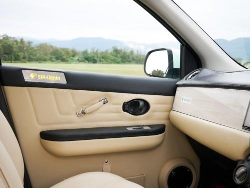 自動車の内装部品であるドアトリム、アームレスト、スピーカーボックスにも、改質リグニンを用いたGFRPを採用した(写真:光岡自動車)