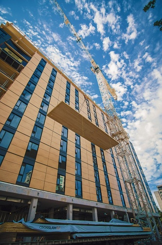 カナダに建設された18階建ての木造を多用した高層ビル。大学の学生寮として建設し、床材にCLTを採用している(写真:Pollux Chung、Seagate Structures)