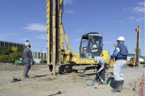 千葉市美浜区内で地盤に丸太を打ち込んで液状化対策を実施している様子(写真:澤田 聖司)