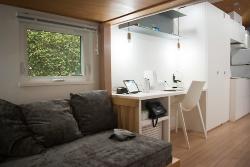 未来の家の内観。室内には参加企業の各種デバイスが設置されている(写真:村田皓)
