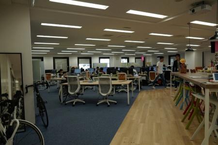 ココナラのオフィスには社員が通勤で使う自転車が置かれている