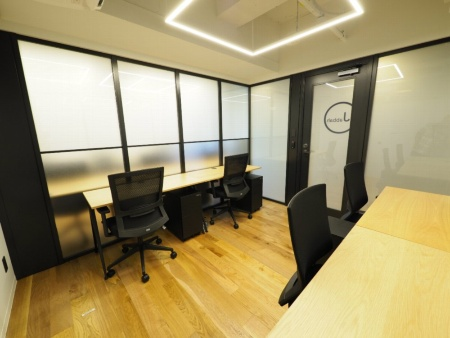 KERNEL HONGOのプロジェクトルーム、機密性の高い情報を扱えるようスイッチ1つでガラスを不透明にできる