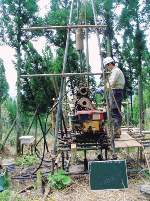 ボーリング調査の作業風景。掘削作業はオペレーターが実施する。その後、地質の専門家がコアを判読する