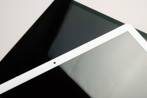 さらに差が付くのが映り込み。手前のHUAWEI MediaPad M5 Proは、画面のぎらつきが激しいことが分かる