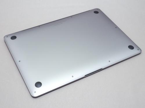 写真4●MacBook Airの底面(スペースグレイ色)