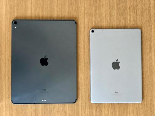 今回購入した12.9インチiPad Pro 2018年モデル(左)と、これまで使っていた10.5インチiPad Pro 2017年モデル(右)。どちらもカラーはスペースグレイだが、2018年モデルのほうが色が濃い